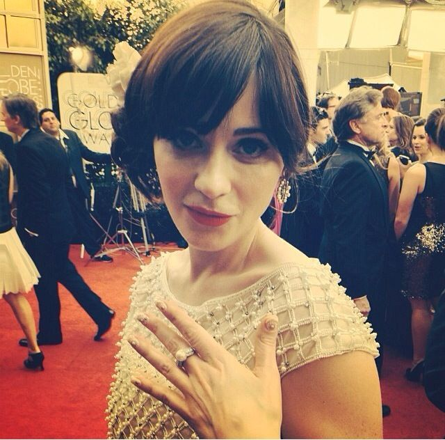 <p>Another look at Zooey Deschanel's vintage daisy nail art. Image via @instyle.</p>