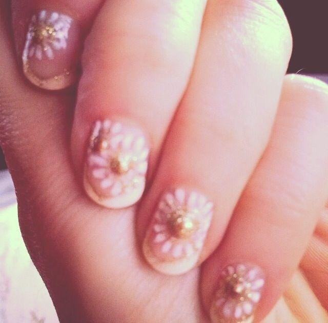 <p>Zooey Deschanel shows off her Golden Globes nail art by Tom Bachik. Photo via @zooeydeschanel.</p>