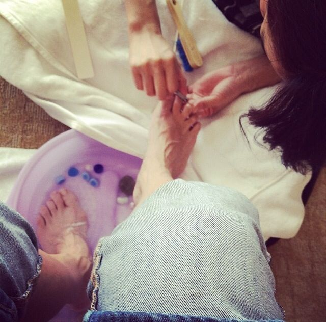 <p>Golden Globe nominee Julia Louis-Dreyfus posted this photo of her getting a pedicure prior to the red carpet. Image via @officialjld.</p>