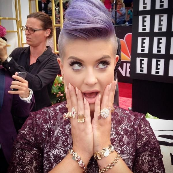 <p>Kelly Osbourne shows off her nude nails on the E Red Carpet for the Emmys. Image via @kellyosbourne.&nbsp;</p>