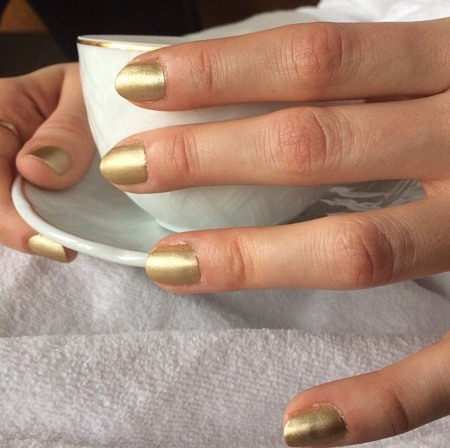 <p>Celebrity manicurist Katie Jane Hughes adorned Caitlin Fitzgerald (from Showtime's Masters of Sex) with matte gold nails for the Golden Globes.&nbsp; Image via @katiejanehughes</p>