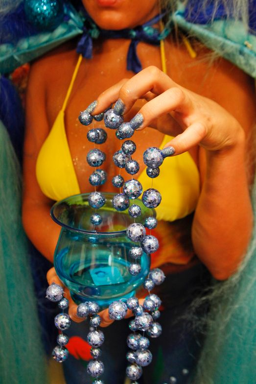 <p>Headliners Salon: Lake Mead is another National Park in Las Vegas with beautiful blue water and amazing sunsets. The balls of water flowed off the nail tip into the beta-fish-infested fish bowl.</p>