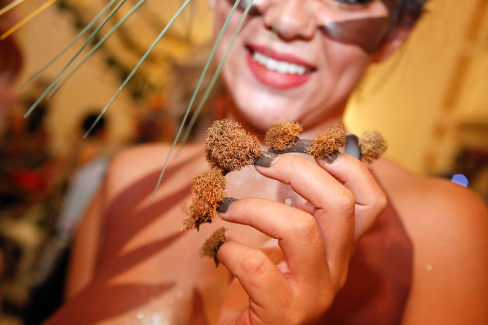 <p>Headliners Salon: Not far from the city are rolling tumbleweeds carried by windstorms through the desert. Yavenue used dryed moss and polish with a pinch of sand sprinkled in between coats to give it a simple texturized effect.</p>
