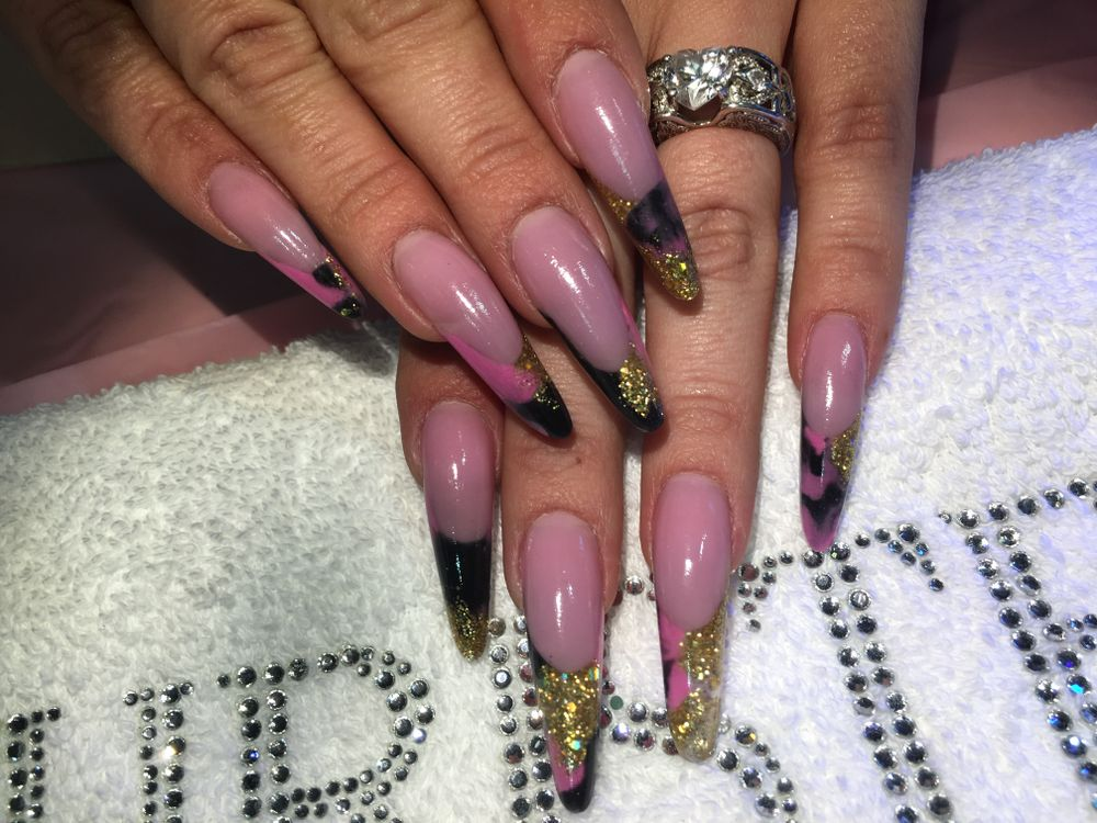 "<p><a href=""https://www.instagram.com/nails_by_ylianne/"">@nails_by_ylianne</a></p>"