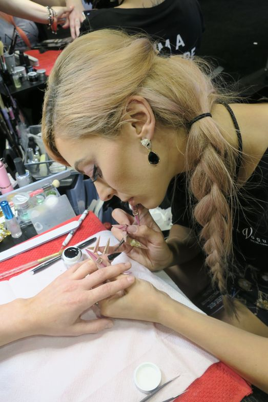 <p>Deanna Stelmaschuk demos at En Vogue. </p>