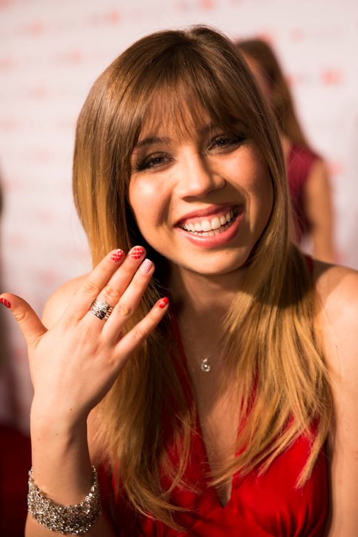 <p>Jennette McCurdy goes red for her nails and dress at NYFW's American Heart Association benefit.</p>