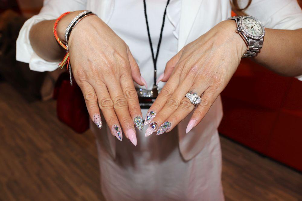 <p>Jenny Bui's manicure</p>