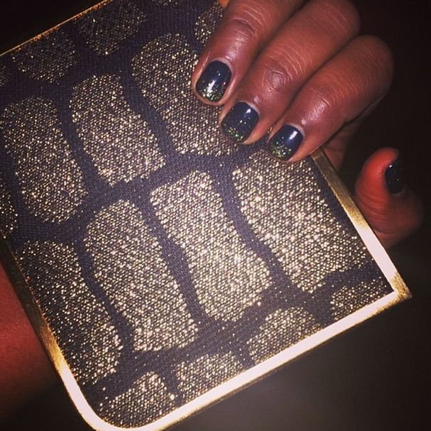 <p>Debbie Leavitt of Sheswai added glam to Mindy Kaling's nails so that they matched her clutch for the SAG Awards. Image via @mindykaling.</p>