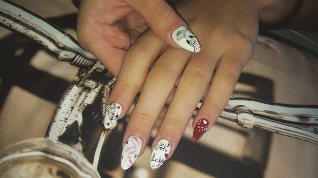 At Nadz Hope Nails in Cape Town, gel sculptures and freehand nail art are specialties.