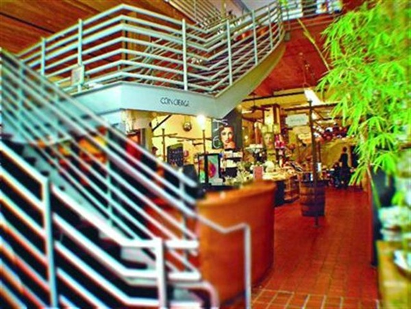 <p>The open floor plan allows clients to move easily between the salon, spa, yoga studio, boutique, and apothecary at Brownes & Co.</p>