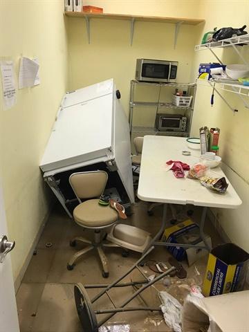 Phònggiặt sấy với máy móc bị nước trôinghiêng ngã.