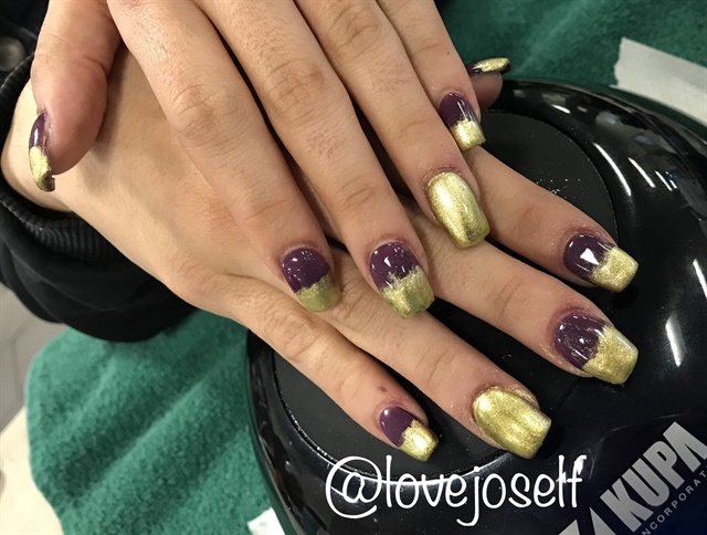 <p>I tried to go for an ombre here, but it didn't quite work out the way I hoped. Either way, she loved her purple and chrome sculpted set.</p>