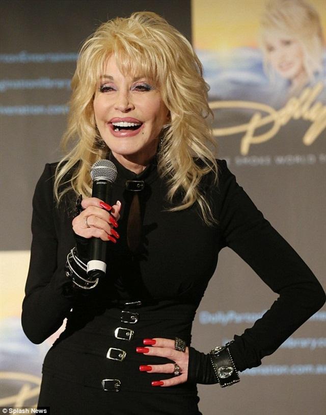 "<p><a href=""http://www.dailymail.co.uk/tvshowbiz/article-2556463/Dolly-Parton-68-buckles-little-black-dress-ahead-Australian-tour.html"">SplashNews</a></p>"