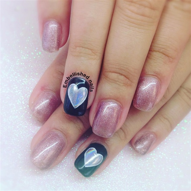 "<p><a href=""http://nailartgallery.nailsmag.com/kateylaurenson/photo/463124/holo-heart"">Via Nail Art Gallery</a></p>"