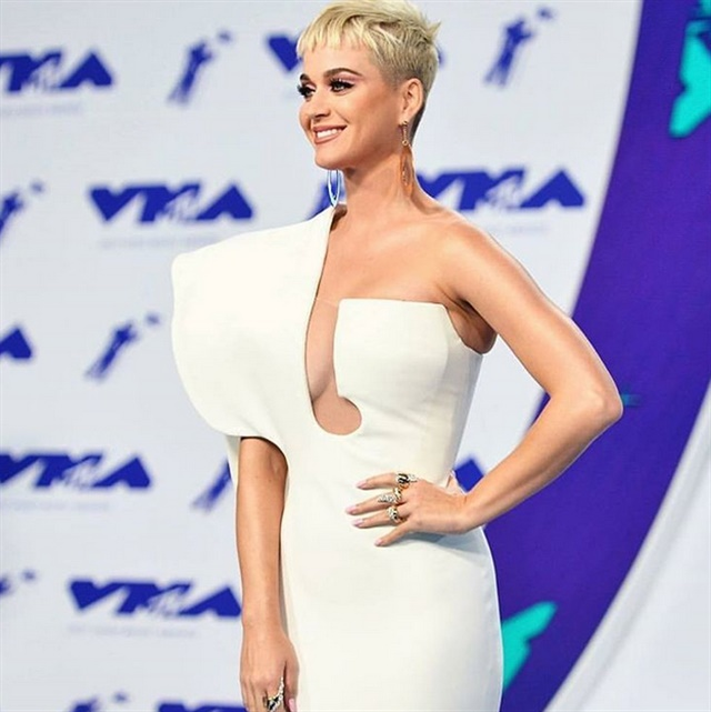 <p>Celebrity nail artist Kimmie Kyees gave Perry a simple nude nail for the 2017 Video Music Awards.</p>