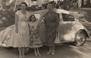 <p>Nancy Soltani (center) and her mother Bettina (left)</p>