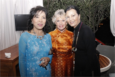 <p>Thuan Le, Tippi Hedren, and Kieu Chinh all wore <em>aó dài, </em>or traditional Vietnamese dresses, to the Legacy of Style ceremony honoring Hedren.</p>
