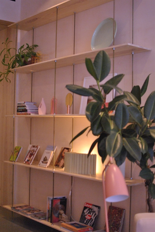 <p>Coffee table books and glossy magazines greet clients as they wait. Seasonal lookbooks are also on the shelves so  clients can choose a nail art look while they wait. </p>