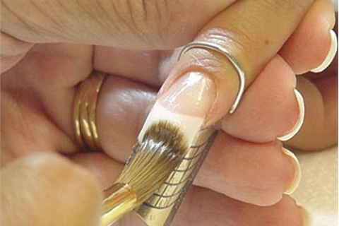 <p>Most acrylic manufacturers recommend a medium-wet mix ratio to produce nails that are durable without being overly thick.</p>