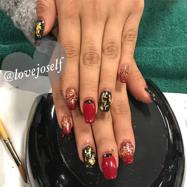 <p>These nails were perfect for both CHristmas and New Year's.</p>