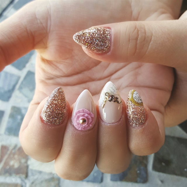 <p>Costantino's salon modded nail design keeps the clock and rose theme. </p>