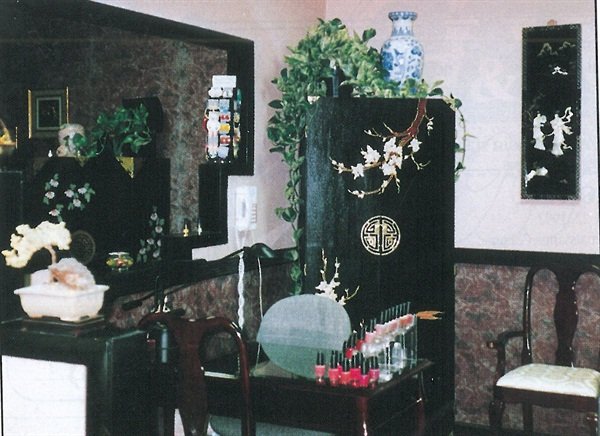 <p>Nail Dynasty blends Japanese artwork and bic-a-brac for a salon that is unique, peaceful, and inviting.</p>