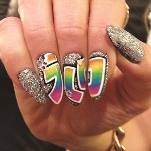 @tombachik gives us a close-up of Jennifer Lopez's manicure.