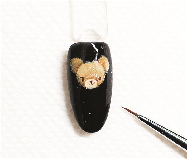 <p>5. Now use AnGel Brush No. 7 to draw out the bear's eyes, nose, and mouth. If you make a mistake, simply wipe it off. When finished, cure for 10 seconds.</p>