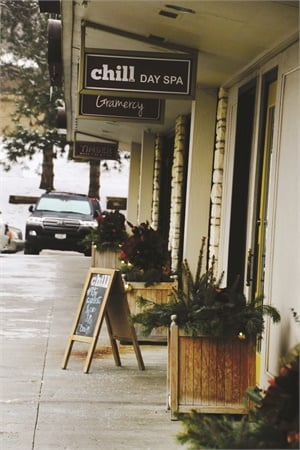<p>Chill is located in an upscale neighborhood full of trendy shops and high-end housing.</p>