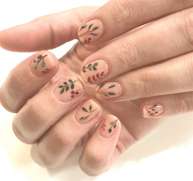 Lark and Sparrow posts voting links on its social media pages, which see good traffic thanks to its nail art images.