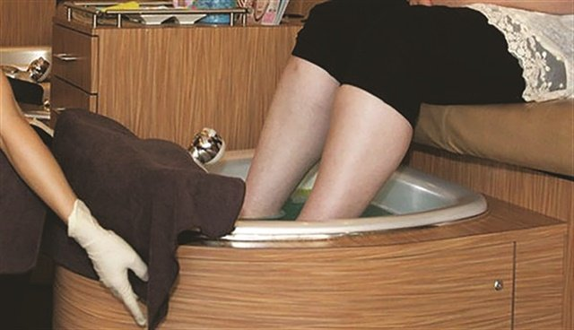 <p>Submerge your whole hand and wrist into the pedicure water to check that the foot bath is not too warm.</p>