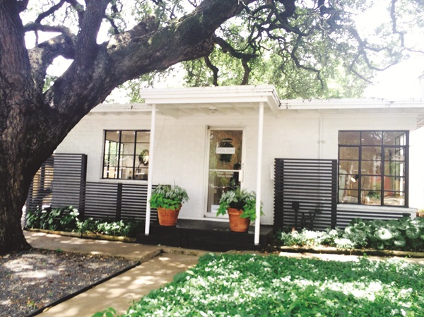 <p>The salon has a large, open front yard where one of the oldest oak trees in Austin flourishes.</p>