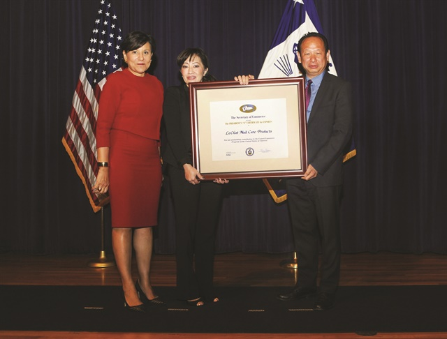 "LeChat  president Newton Luu (right)  and director of education Jackie Truong (center) receive the President's ""E"" Award for Export Service from United States Secretary of Commerce Penny Pritzker (left)."