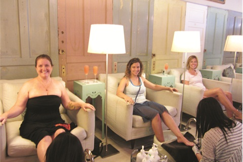 Since I was on vacation, I thought we'd make a fun event out of my salon visit. That's me, Manda Minehan, and Evan Fauerbach getting pedis and (inset) Nicole London with little Lilly Fauerbach getting manicures. It was a fun ladies' excursion!