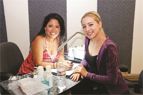 We asked CND educationambassador Lisa Wong (left)to recreate a knit-pattern on theaccent nails of our model Ciara.She created a unique texturedlook using a variety of nailproducts and a window screen!