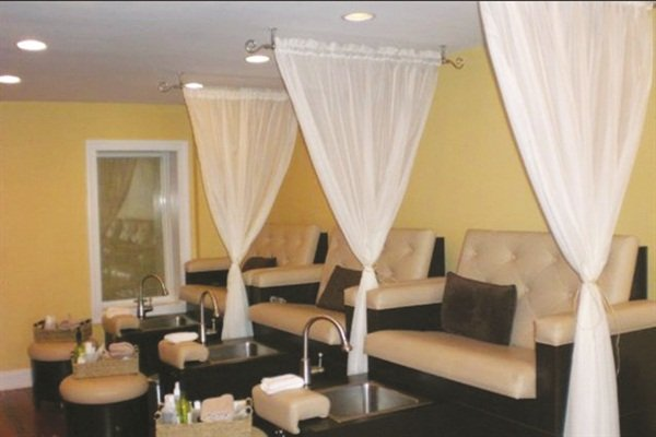 <p><span>The salon decor is gender neutral to make both</span><span>male and female clients feel comfortable.</span></p>