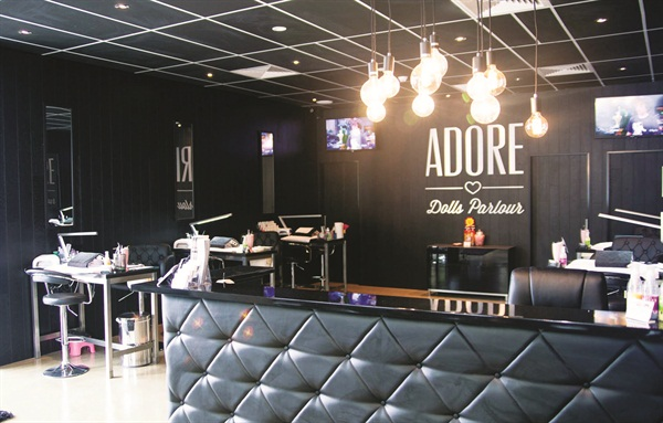 <p>Adore's interior is dark, customized, and hygienic — differentiating it from all other salons in the area.</p>