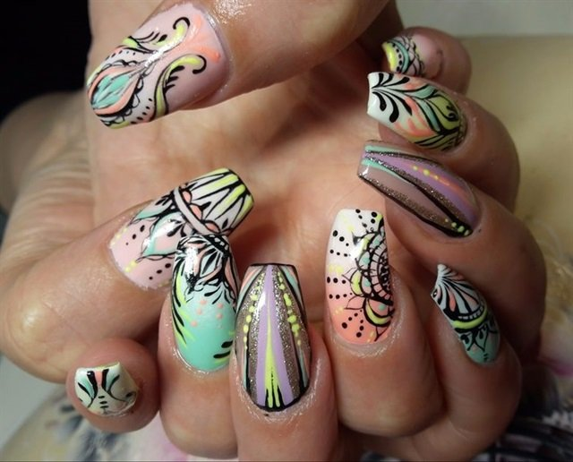 "<p>Via <a href=""http://nailartgallery.nailsmag.com/nailsbykrislin/photo/410978/hippie"">Nail Art Gallery</a></p>"