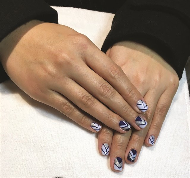 <p>Llongo free-handed chevrons in CND Shellac and used Additives for the sparkle.</p>