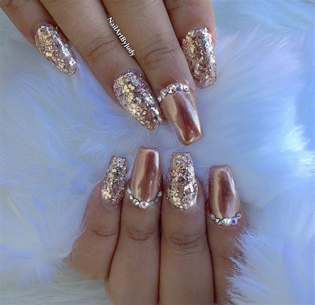"<p><a href=""http://nailartgallery.nailsmag.com/nailartbyjudy/photo/481552/rose-gold-chrome-with-fine-glitter"">Via Nail Art Gallery</a></p>"