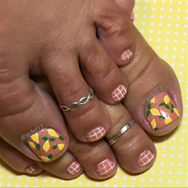 "<p>Via <a href=""http://nailartgallery.nailsmag.com/jgchef13/photo/443388/lemons-pedicure"">Nail Art Gallery</a></p>"