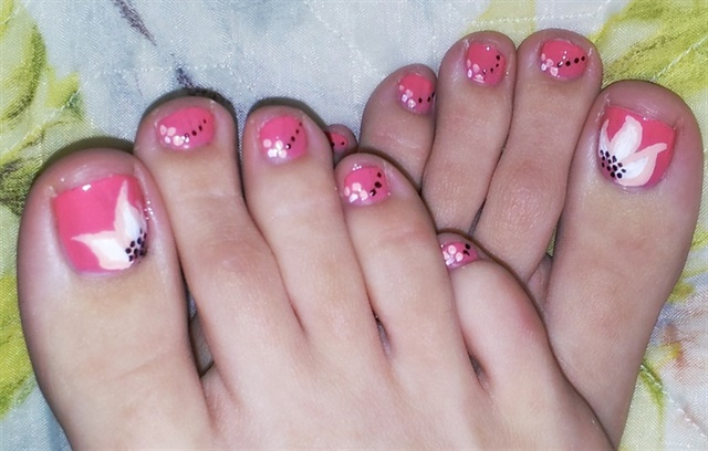 "<p>Via <a href=""http://nailartgallery.nailsmag.com/constance/photo/288760/summer-pedicure"">Nail Art Gallery</a></p>"