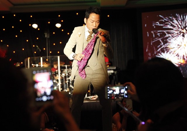 <p>Vietnamese singer Don Ho got the crowd of nail professionals fired up and into the dancing spirit.</p>