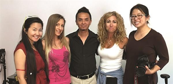 """<p>VietSALON Chloe Trần, Danielle Parisi (second from the right), và nhiếp ảnh Kim Phạm chụp hình cùng người mẫu Ciara Pisa và David Hoàng tại studio: """"Tôi luôn mong muốn giúp đỡ và chia sẻ niềm đam mê móng nghệ thuật của mình cho các anh chị em yêu nghề trên toàn thế giới. Cám ơn các bạn tại tạp chí VietSALON đã tạo cơ hội để tôi chia sẻ tình yêu và niềm đam mê của mình. Tôi rất tự hào và hãnh diện khi được mời làm mẫu móng bìa cho tạp chí số Tết năm Ðinh Dậu.""""</p>"""
