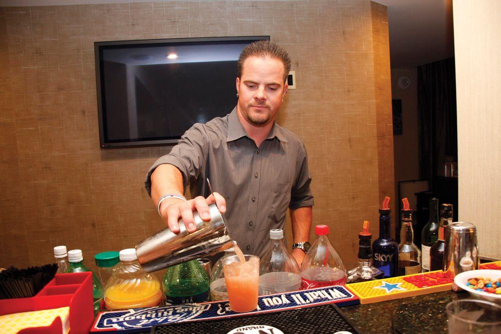<p>Kupa&rsquo;s Robert Arthur mixing drinks</p>