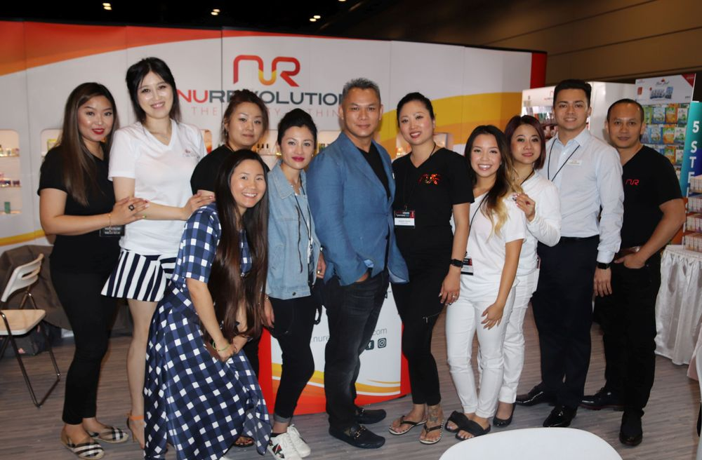 <p>The NuRevolution team and VietSalon editor Anh Tran</p>