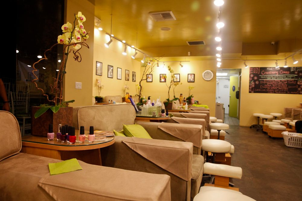 <p>Bellacures staff offered complimentary OPI mini manicures.</p>