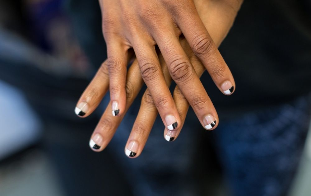 <p>Yasudaopted to createa small black and white checker on the tips of the backup dancers' nails using LeChat Dare to Wear in Black Velvet and Flawless White<strong>.</strong></p>
