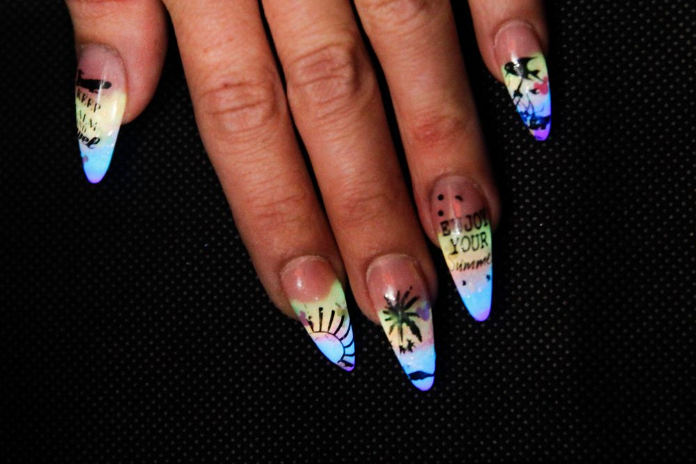 <p>Glow-in-the-dark nails by Heidi Milliner, Elegant Glass head educator</p>