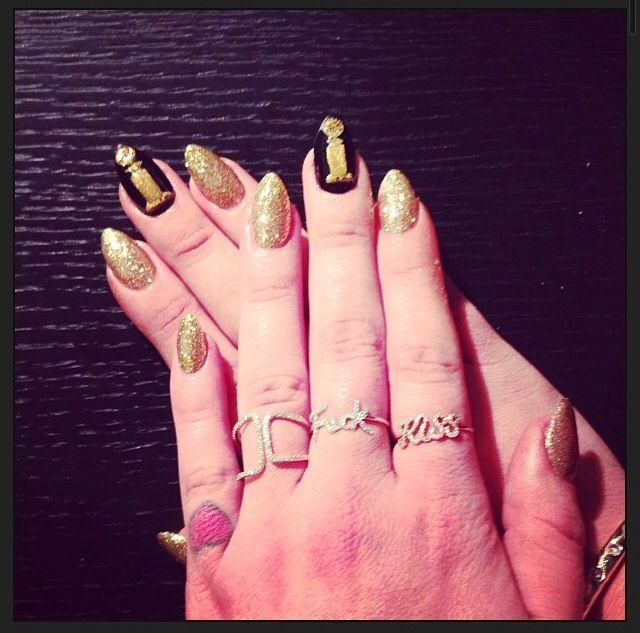 <p>Kelly Osbourne wore actual Golden Globes on her nails. Image via @kellyosbourne.</p>